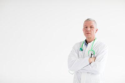 Arzt - Portrait queer - p1212m1119447 von harry + lidy