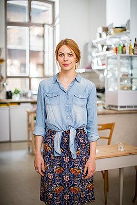Junge Start-Up Unternehmerin in ihrem Cafe - p1284m1466686 von Ritzmann