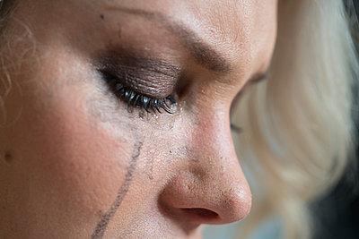 Weinende Frau - p427m1201810 von Ralf Mohr