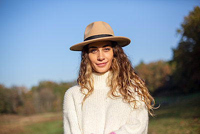 Young woman with hat takes a walk - p975m2222111 by Hayden Verry