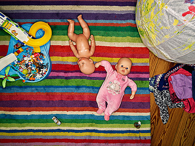 Dolls on carpet in nursery - p1171m1540443 by SimonPuschmann