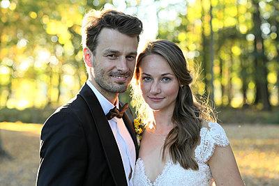 Portrait of bridal couple - p1258m2082688 by Peter Hamel