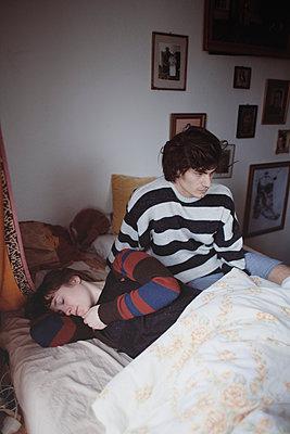Junges Paar im Bett - p1429m1502613 von Eva-Marlene Etzel