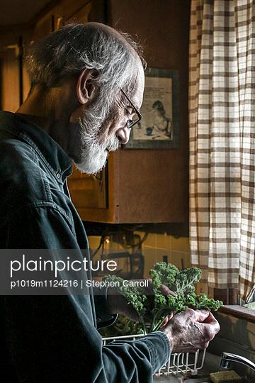 Alter Mann in der Küche - p1019m1124216 von Stephen Carroll