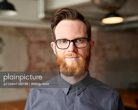 Junger Mann mit Bart und Brille - p1124m1150199 von Willing-Holtz