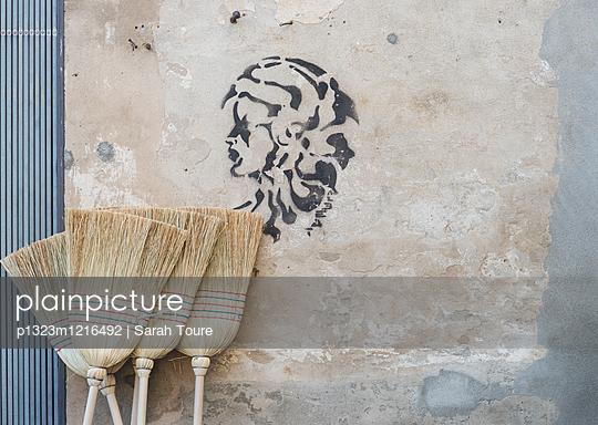 An der Wand - p1323m1216492 von Sarah Toure