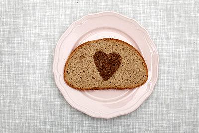 Herz im Brot - p238m831874 von Anja Bäcker