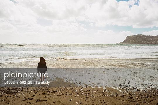 Mädchen am Strand - p1332m1562128 von Tamboly