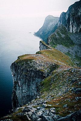 Blick von Berg Segla auf Steilküste im Nebel in Norwegen - p1497m2142607 von Sascha Jacoby