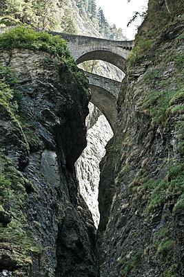 Brücke über Schlucht - p1599m2168914 von Sandra Bergemann