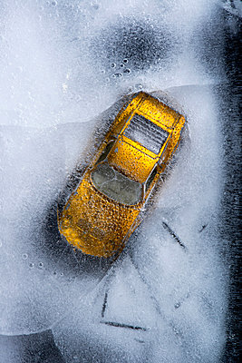 Spielzeugauto in Eis - p451m883274 von Anja Weber-Decker