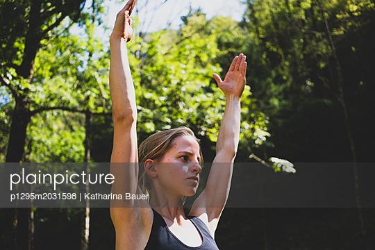 Yogapose Oberkörper - p1295m2031598 von Katharina Bauer
