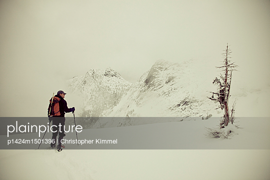 plainpicture | Photo library for authentic images - plainpicture p1424m1501396 - Needle Peak Winter Ascent - plainpicture/Aurora Premium/Christopher Kimmel