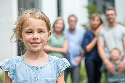 Mädchen mit Familie - p1156m1591745 von miep