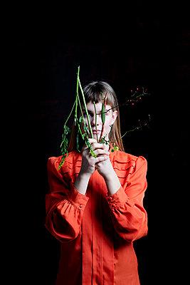 Junge Frau mit kaputtem Blumentrauß - p1212m1092876 von harry + lidy