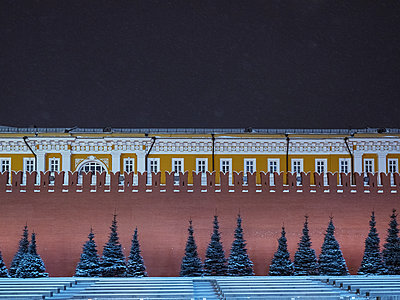 Red square with kremlin in winter at night - p390m1582788 by Frank Herfort