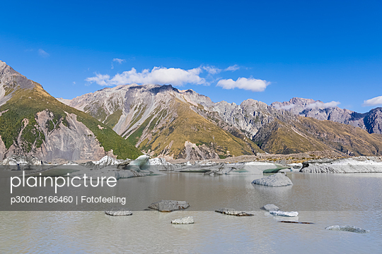 New Zealand, Oceania, South Island, Canterbury, Ben Ohau, Southern Alps (New Zealand Alps), Mount Cook National Park, Tasman Lake with ice floes - p300m2166460 by Fotofeeling