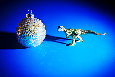 Dinosaur and christmas bauble - p1149m2038753 by Yvonne Röder