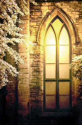 Bogenförmiges Fenster an einer Kirche - p1248m1468043 von miguel sobreira