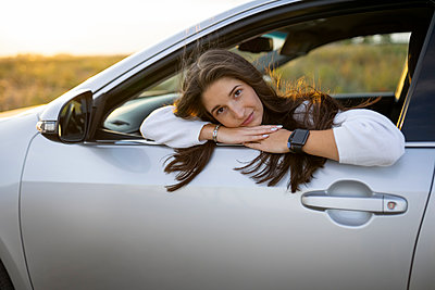 Young woman in car, portrait - p1646m2247711 by Slava Chistyakov