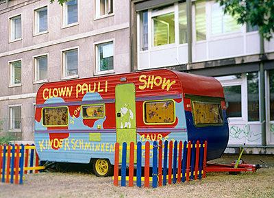 Zirkuswagen vor Häuserfront - p2370504 von Thordis Rüggeberg
