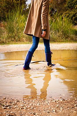Durch Pfützen laufen - p904m740463 von Stefanie Päffgen