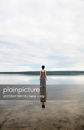 Junge Frau im See - p1212m1159115 von harry + lidy
