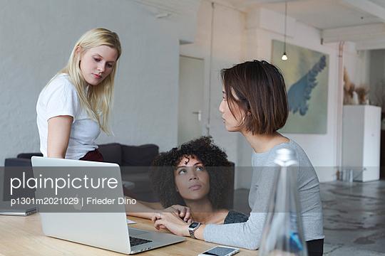 Brainstorming am Apple von drei jungen, modernen Frauen  - p1301m2021029 von Delia Baum