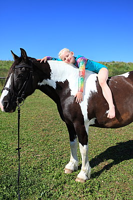 Mit dem Pferd Kuscheln - p045m1050030 von Jasmin Sander