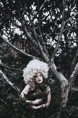 Frau mit Perücke in einem Baum - p1564m2191655 von wpsteinheisser