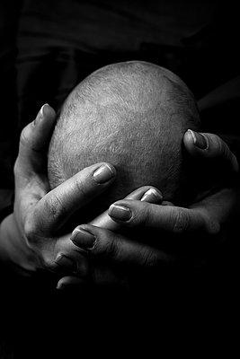 Head of newborn held by parent's hands - p1687m2295130 by Katja Kircher