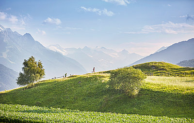 Austria, Tyrol, Patsch, athletes running in mountainscape - p300m1587850 by Christian Vorhofer