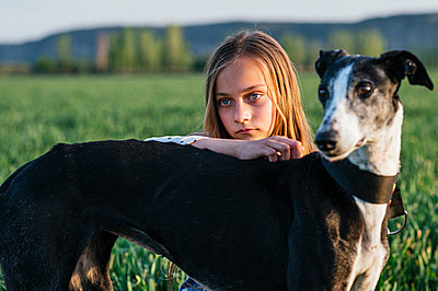 Girl with greyhound looking away - p300m2282209 by Jose Luis CARRASCOSA