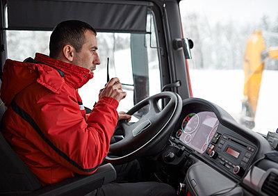 Lkw Fahrer mit Funkgerät - p390m1115652 von Frank Herfort