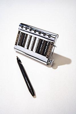 Kleiner mechanischer Taschenrechner - p550m2273261 von Thomas Franz