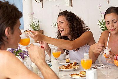 Friends eating breakfast. - p343m1032040 by Tom Hopkins
