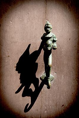 Türklopfer in Venedig - p451m1159489 von Anja Weber-Decker