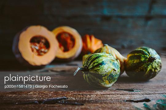 Ornamental pumpkins on wood - p300m1581473 von Giorgio Fochesato
