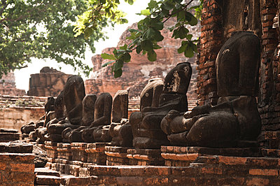 Reihe kopfloser Buddha Statuen - p1273m1496183 von melanka