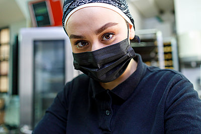 Female owner with protective face mask in bakery - p300m2281924 by Ignacio Ferrándiz Roig