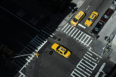 Taxi at crossing in Manhattan, New York, USA - p301m960773f by Michael Mann