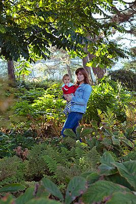 Mutter mit Baby auf dem Arm - p432m1492046 von mia takahara