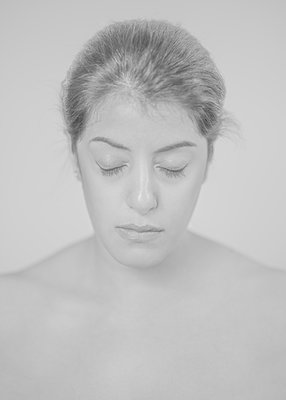Portrait of woman with closed eyes - p552m2275762 by Leander Hopf