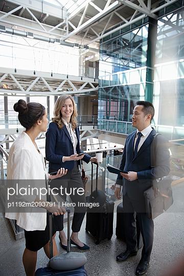 plainpicture - plainpicture p1192m2093791 - Business people with suitca... - DEEPOL by plainpicture