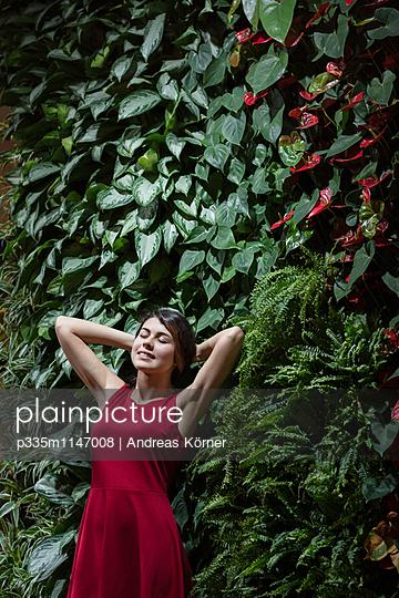 Frau vor Blätterwand - p335m1147008 von Andreas Körner