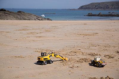 Toys on the beach - p1682m2278853 by Régine Heintz