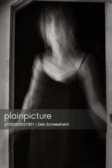 Frau steht an einer Tür - p1503m2031851 von Deb Schwedhelm
