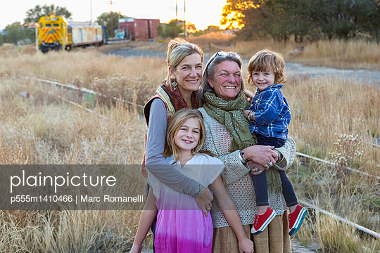 Caucasian mother, grandmother and children smiling outdoors - p555m1410466 by Marc Romanelli