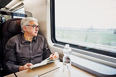 Mann Buch Zug Wasserflasche - p1312m2020083 von Axel Killian