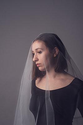 woman in a white veil - p1323m2057612 von Sarah Toure